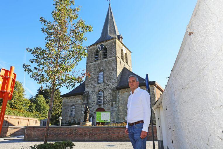 Schepen Guy Uyttersprot voor de pittoreske parochiekerk van Essene.