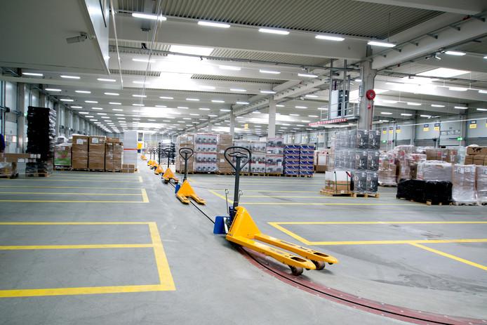 De 383 meter lange vloerketting in de nieuwe overslagloods van Dachser op bedrijventerrein 7Poort in Zevenaar.