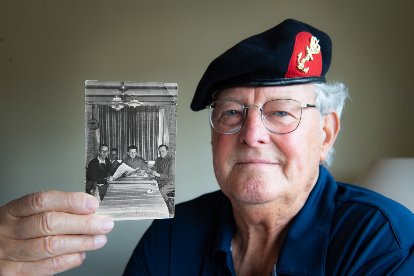 Gerard Centen met foto van zijn vader Dgfoto Foto: Bert Beelen