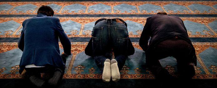 Woordvoerder moskeebestuur: ,,De aankoop van het pand Antwerpseweg komt voort uit bittere noodzaak. Mensen uit onze gemeenschap moesten bidden in portocabins, omdat de huidige moskeeën uit hun voegen barstten.''