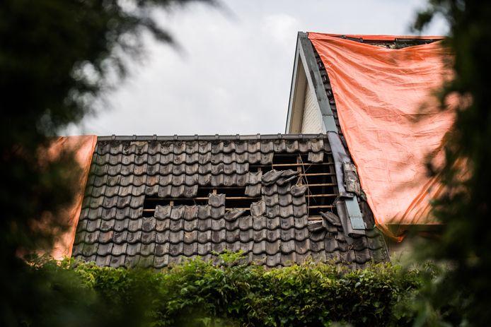 Schade aan een dak in Rheden veroorzaakt door de tornado.