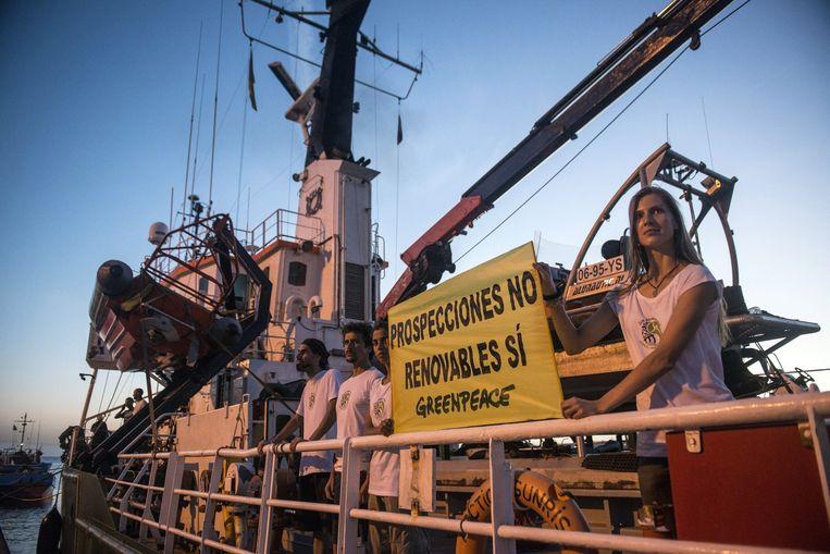 Het schip de Arctic Sunrise van milieubeweging Greenpeace is dinsdag in Arrecife op het Spaanse eiland Lanzarote aan de ketting gelegd. Beeld epa