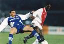 Een duel tussen Ronaldo (l) en Clarence Seedorf.