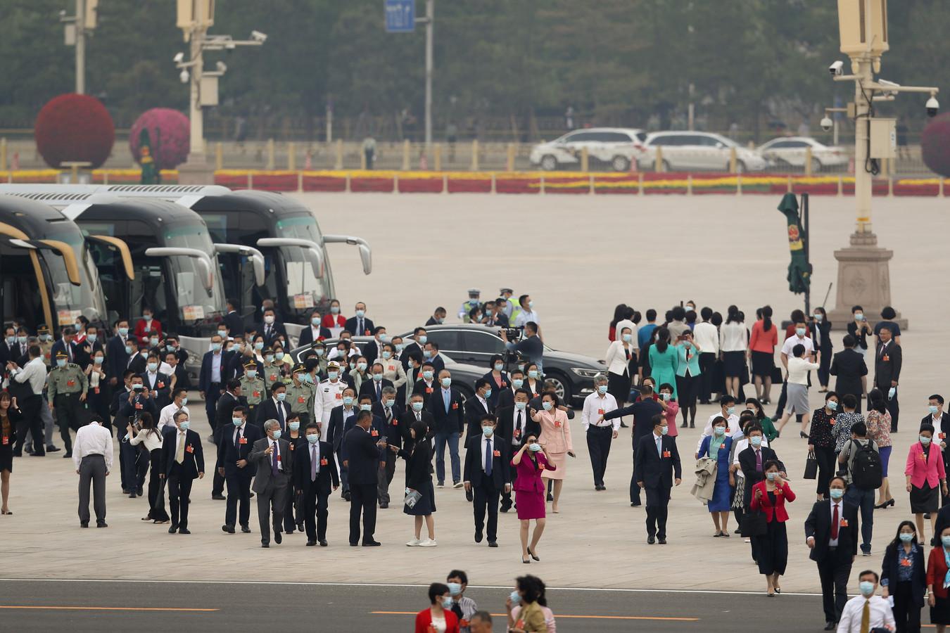Afgevaardigden arriveren bij de Grote Hal van het Volk.