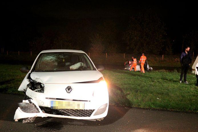 Door de botsing is een auto de berm ingeschoten en in een sloot beland.