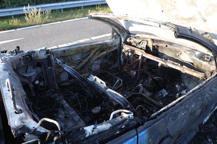 Auto volledig uitgebrand op afrit van A59 bij Rosmalen.