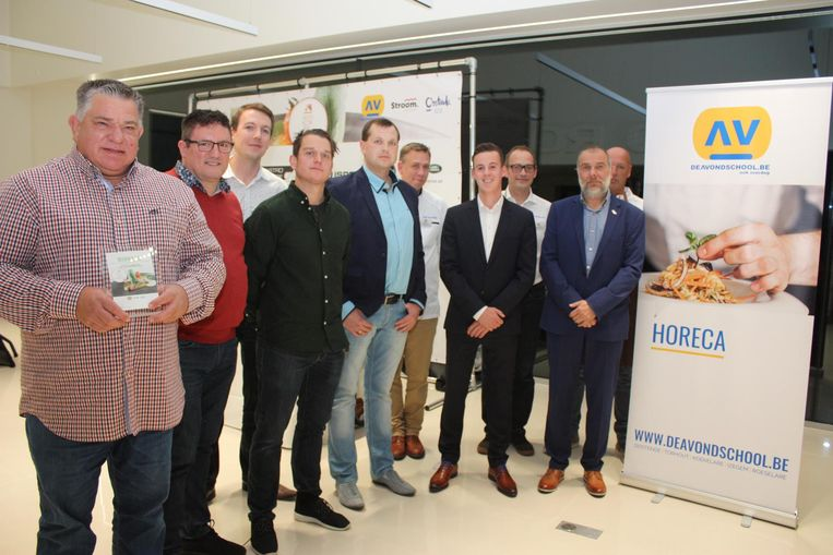 De finalisten samen met de organisatoren van CVO Avondschool in Oostende.