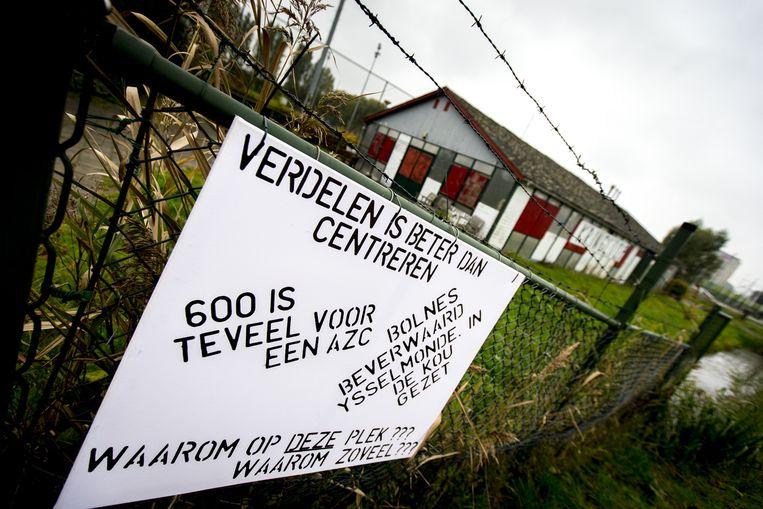 Een protestbord bij het terrein aan de Edo Bergsmaweg in de Rotterdamse wijk De Beverwaard, vlak langs de snelweg A16, waar een asielzoekerscentrum (AZC) moet komen. Beeld anp