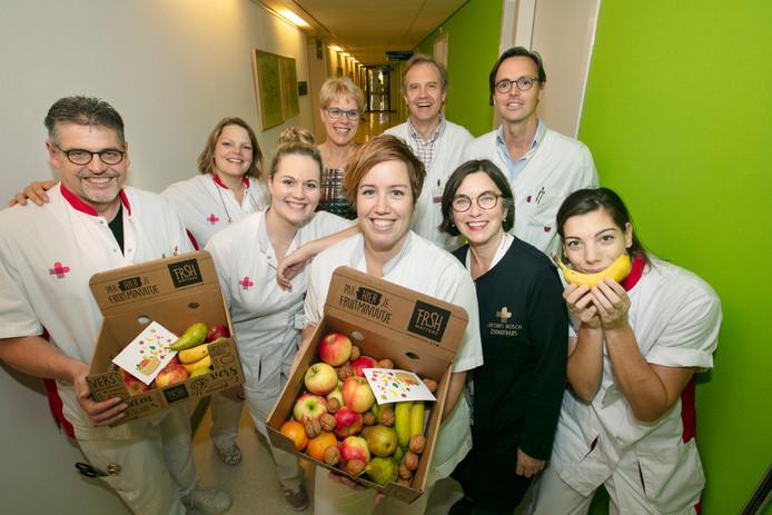 Op de polikliniek chirurgie is men blij met de eerste plek van het JBZ én met de fruitdozen.