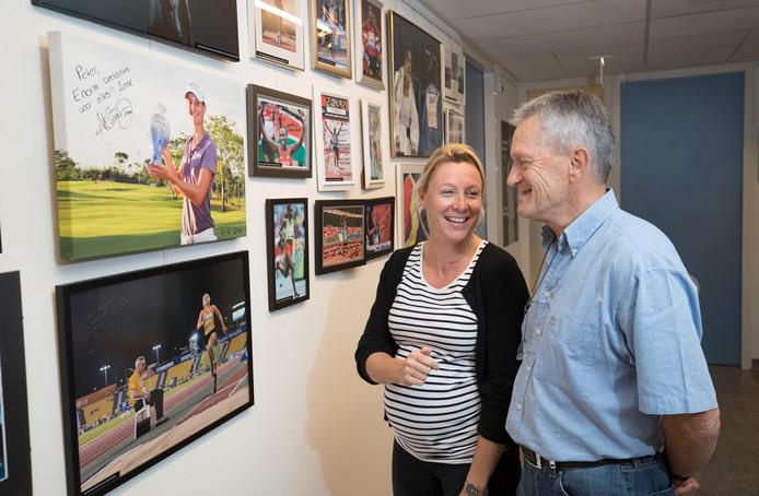 Peter Vergouwen met zijn collega Petra Groenenboom bij de Wall of Fame van geholpen topsporters in Ziekenhuis Gelderse Vallei.
