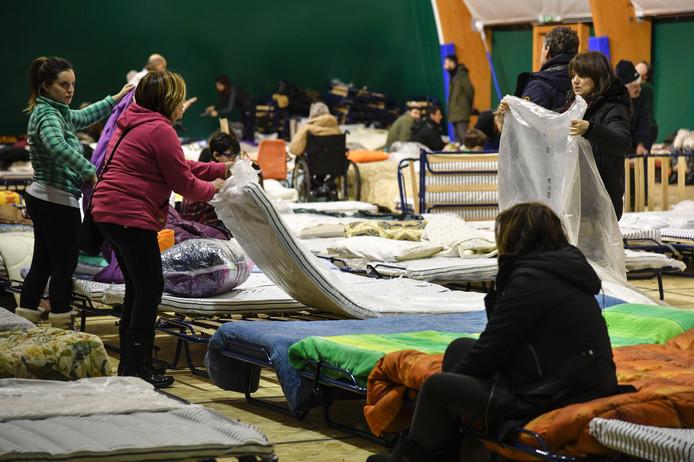 Aangeslagen bewoners brengen de nacht door in een sporthal in Montereale