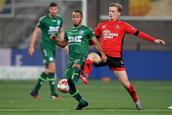 De Graafschap-middenvelder Gregor Breinburg in duel met Juul Respen (rechts) van Helmond Sport.