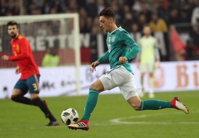 Mesut Özil in actie tegen Spanje.