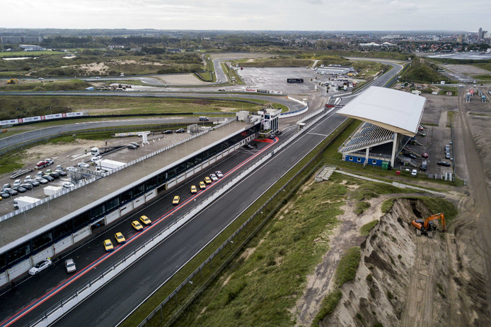 Luchtfoto van Circuit Zandvoort. Op het circuit wordt gewerkt aan de hoofdtribune. Helemaal bovenaan de Arie Luyendijkbocht, nu nog zonder banking.