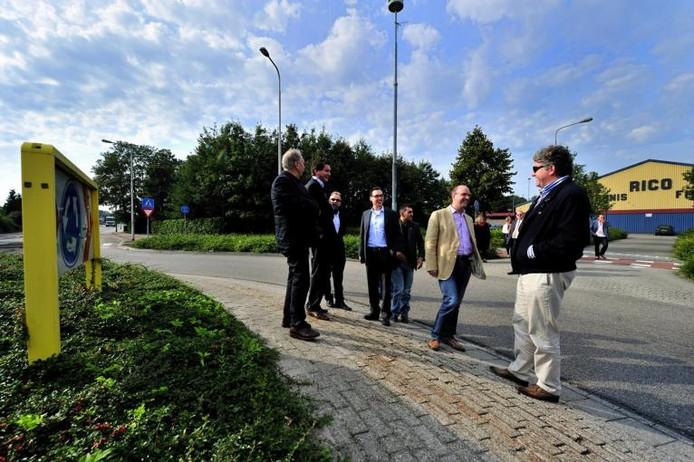 Vertegenwoordigers van de provincie namen met Rucphense raadsleden een kijkje op het punt waar plannen zijn om de Vosdonkseweg door te trekken. archieffoto BN DeStem
