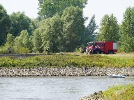 Autobrand langs IJssel slaat over in natuurbrand: brandweer rukt massaal uit naar Wilp