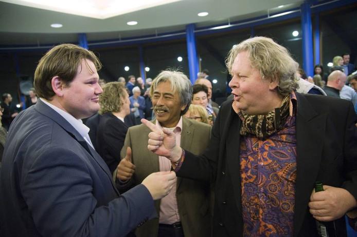 Pieter van den Burg (PvdB, rechts) en Rolvo Manuhutu (Pro Tiel, midden) met Laurens Verspuij (D66).