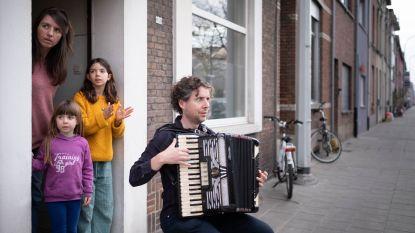 Muzikant speelt dagelijks 'You'll never walk alone' voor helden van de zorg