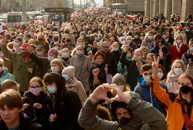 Demonstranten tijdens een protest in de Belarussische hoofdstad Minsk. Beeld EPA
