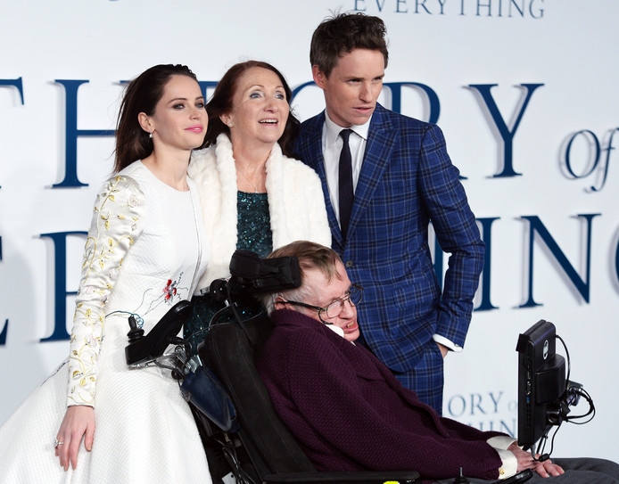 Hawking in 2014, met The Theory of Everything-acteurs Eddie Redmayne en Felicity Jones en zijn ex-vrouw Jane Wilde Hawking.