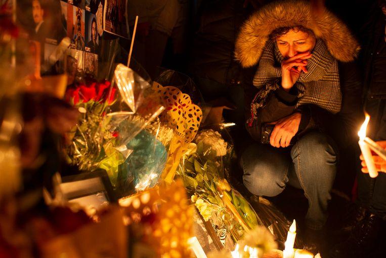 Een vrouw huilt bij een wake in Toronto voor de omgekomen slachtoffers.