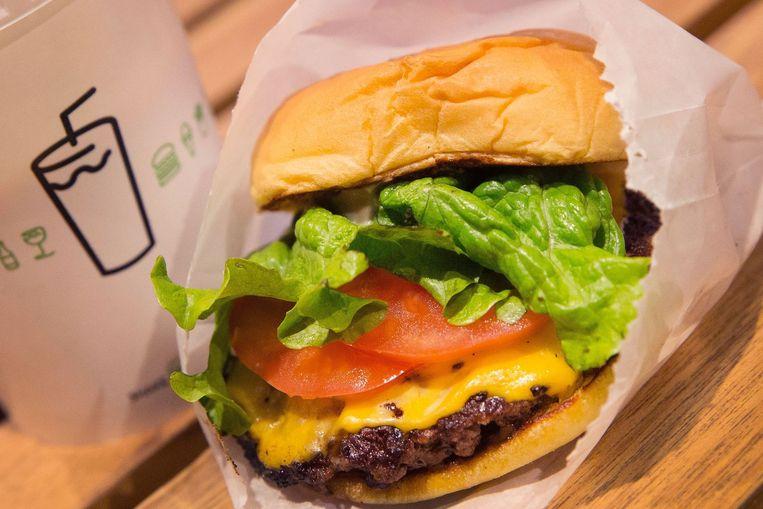 De Cheeseburger van Shake Shack. Hoewel de nieuweling nog maar 63 filialen heeft, maakt Shake Shack het McDonald's in de VS knap moeilijk. Beeld afp