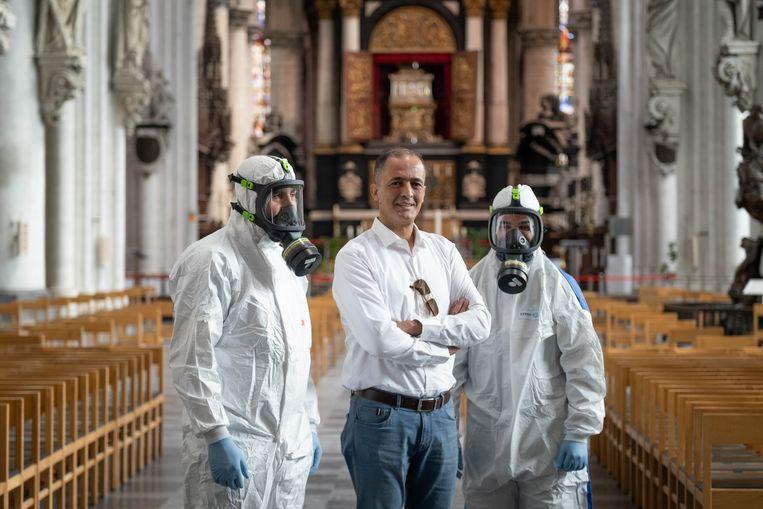 Het bedrijf Fenair BV ontsmet enkele ruimtes in de Sint Romboutskathedraal van Mechelen, met Mustapha Ouaich .