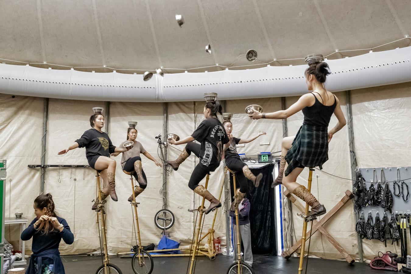 De repetities zijn in volle gang, spektakel verzekerd. Cirque du Soleil is tot en met 1 december te zien op het Malieveld in Den Haag.