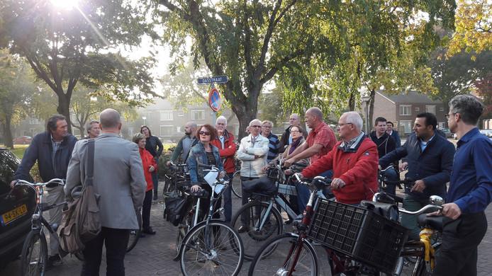 Bewoners van onder meer de Dasstraat en Runstraat in Eindhoven bezochten met raadsleden en wethouder Yasin Torunoglu (2e van rechts) straten met overlast door kamerverhuur; een initiatief van raadslid Rudy Reker (LPF, midden op de foto, witte jas)