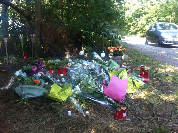Bloemen op plek waar 27-jarige Hugo van Houten werd geliquideerd in 2015.