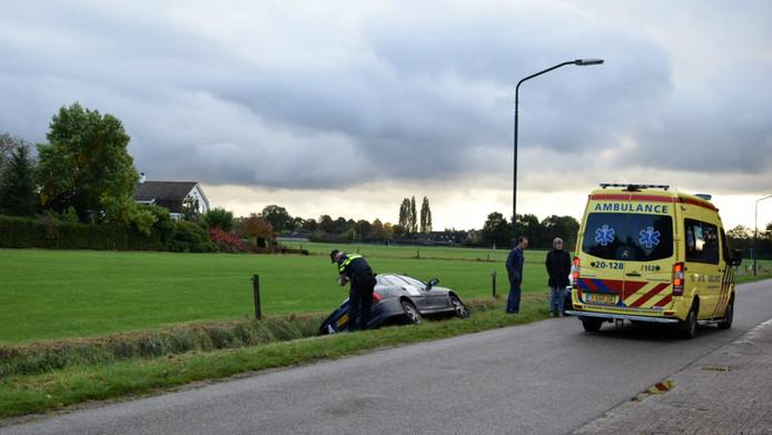 Hulpverleners aan het werk na de aanrijding in Rijsbergen.