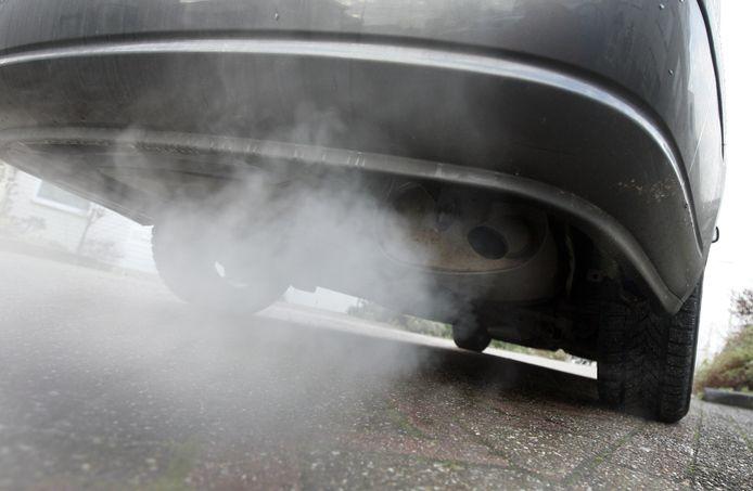 Zwarte rook uit de uitlaat van mijn auto laat mij wellicht geen keus: er zal een andere auto moéten komen.