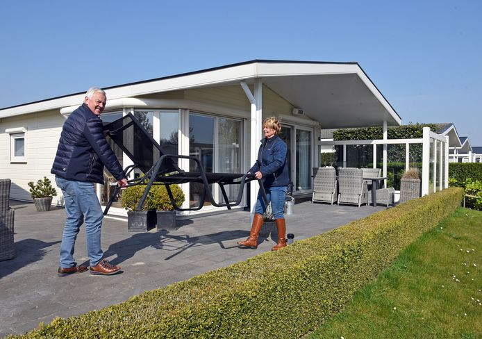Cor en Ineke Hollemans uit het Brabantse Moerdijk ruimen het terras op van hun 2e woning op camping Schoneveld.