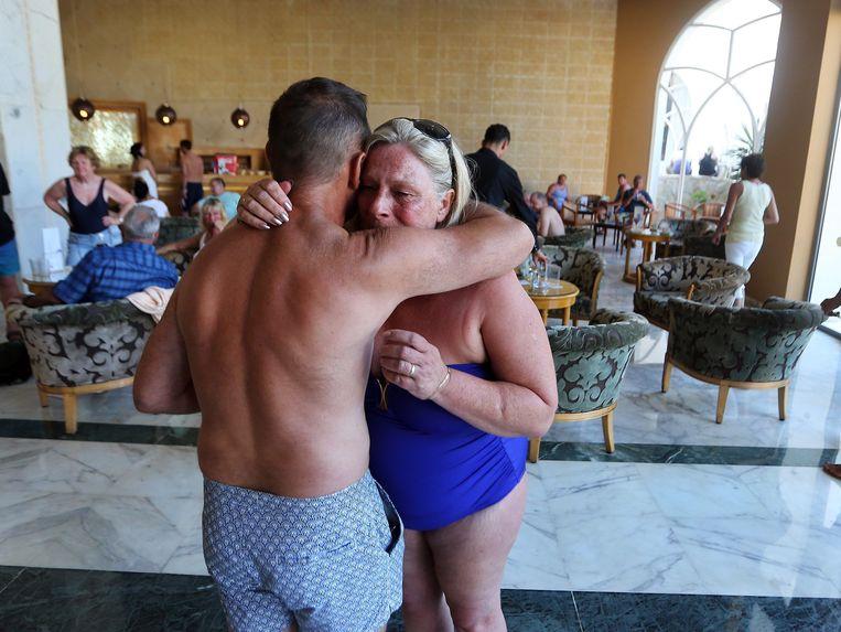 Toeristen troosten elkaar in het Imperial Marhaba Hotel in Sousse. Beeld epa