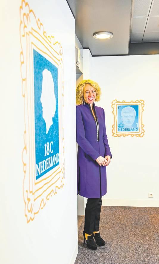 Over topvrouw Herna Verhagen (PostNL): ,,Ze oogt stijlvol en straalt autoriteit uit. Daarmee komt ze en vrouwelijk en krachtig over op haar omgeving.''