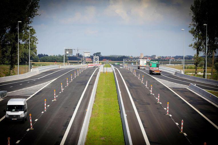 Veel verkeer was er nog niet op de nieuwe snelweg.