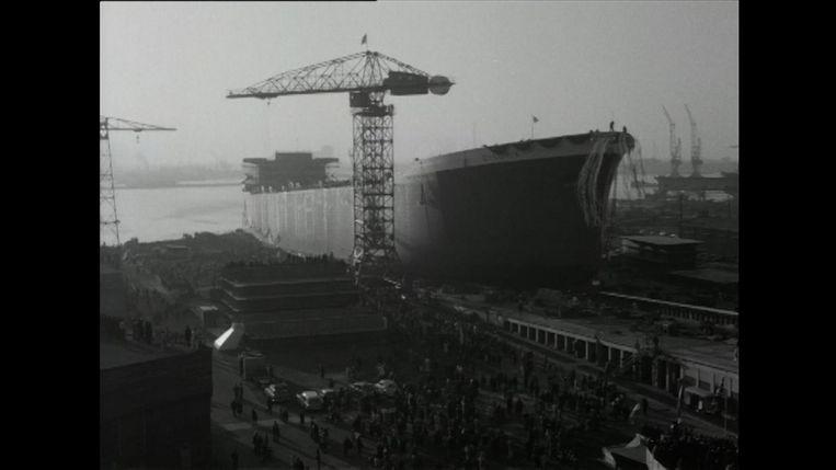 Een still uit de film waarop te zien is hoe een schip in 1963 ter water wordt gelaten Beeld .