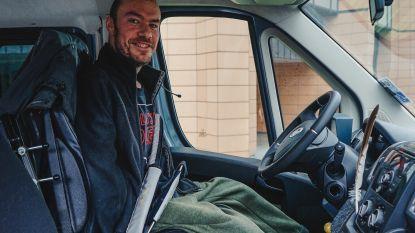 """Remko (35) laat zich niet kisten door zijn zeldzame spierziekte: """"Autorijden, Playstation spelen, handtekening zetten... Ik doe gewoon alles met mijn voeten!"""""""