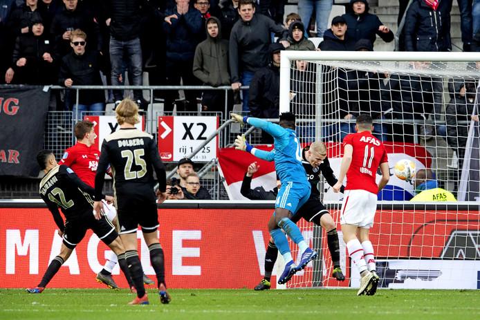 Guus Til maakt 1-0.