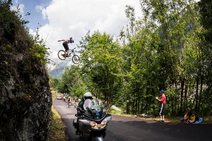 Downhiller boven de kopgroep in de Tour de France dinsdag.