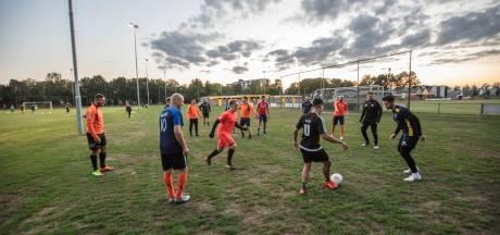 Helmondse voetbalclub Oranje Zwart gooit de handdoek in de ring en heft zichzelf op