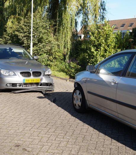 Twee auto's botsen in Sprang-Capelle, verkeer moet even over de stoep eromheen