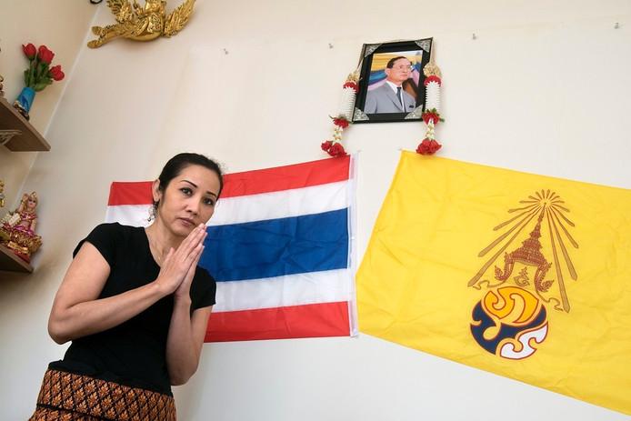 Saithong Paakawan van massagesalon Krung Sri heeft een foto van Bhumibol opgehangen met de Thaise én de persoonlijke vlag van de overleden koning.