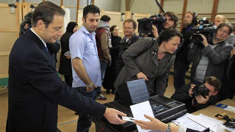 Bart De Wever van de Vlaams-nationalistische partij N-VA brengt zijn stem uit. Beeld reuters