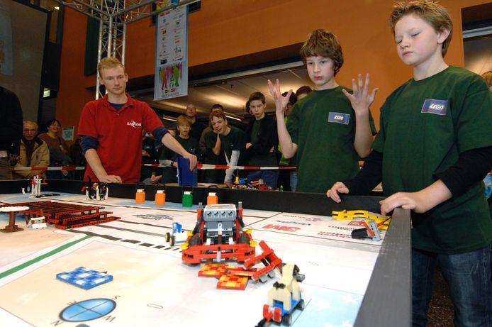 """""""Help, mijn robot begrijpt mij niet"""", lijkt een deelnemer aan de Lego League te zeggen. Het programmeren was een hele klus. foto Wim Corduwener"""