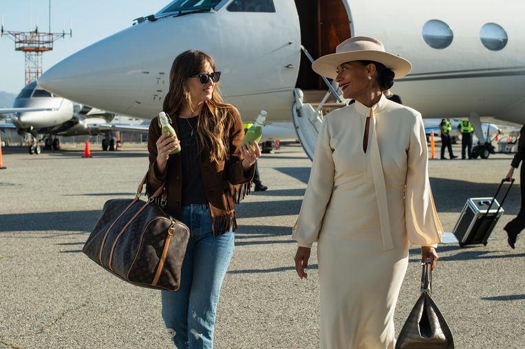 Dakota Johnson (links) en Tracee Ellis Ross, de dochter van Supremes-ster Diana Ross. Beeld Filmstill