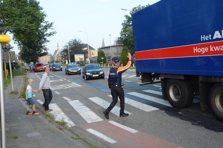 Zelfs met een agent blijft het uitkijken aan de oversteekplaats van de N70 ter hoogte van de Sint-Elisabethstraat.