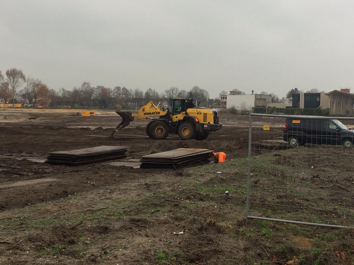 Heijmans is bijna klaar om te gaan bouwen op het Dico-terrein in Uden. Op de achtergrond staat het kantoor dat nog gesloopt moet worden.