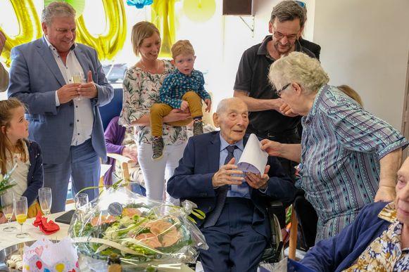 Ook vanwege de medebewoners waren er felicitaties voor Florimond De Laet.