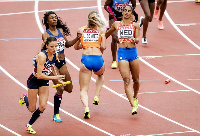 Lisanne de Witte moet het stokje oprapen, nadat de eerste loper Madiea Ghafoor deze kort voor de wissel liet vallen.